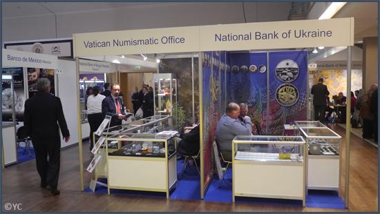 Les stands du Bureau numismatique du Vatican et de la Banque nationale d'Ukraine