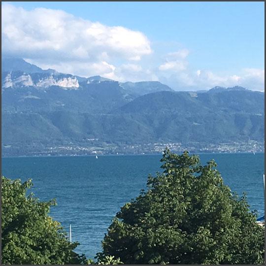 Vue du Lac Léman depuis l'hôtel où séjourne Bill, en Suisse.