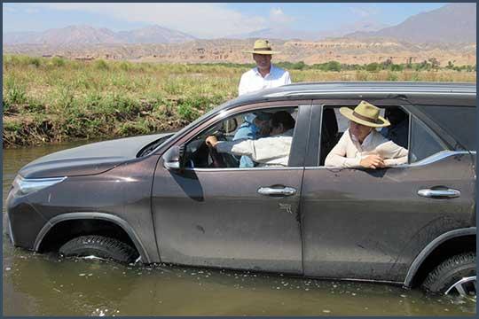 La voiture du Bill prise au piège dans une rivière en Argentine