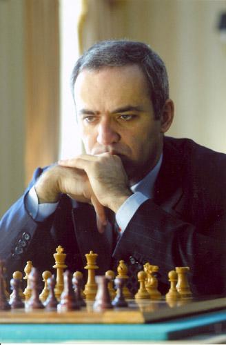 Gary Kasparov jouant aux echecs - jeux d'echecs - mentor - tout gagner