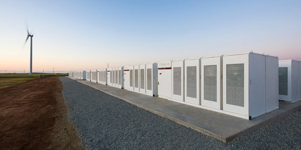 Tesa Tesla a mis en fonctionnement la plus grande batterie électrique au monde. Cette batterie lithium-ion pourra stocker l'énergie produite par le parc solaire du français Neonen en Australie-Méridionale. Elle alimentera jusqu'à 30000 foyers, en palliant aux coupures d'électricité et en permettant de faire face à l'explosion de la demande d'électricité lors de l'été austral